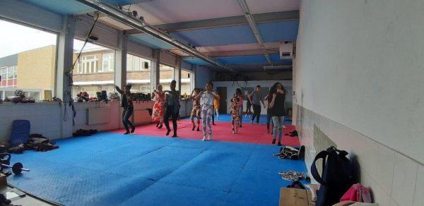 Meiden in de sportschool bij de kickboksles
