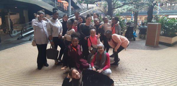 Groep meiden ergens in een hal