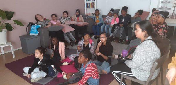 Groep meiden - ze kijken film