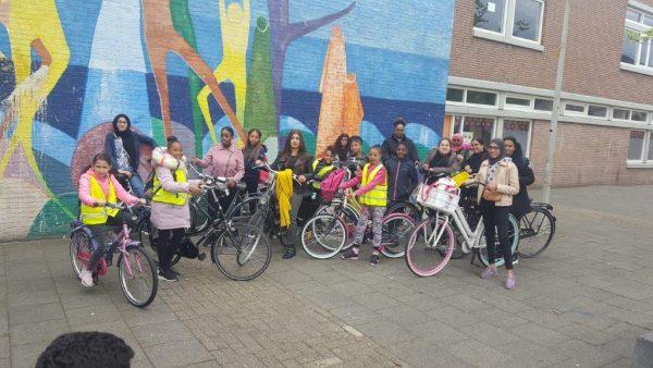 Groep meiden buiten met hun fietsen