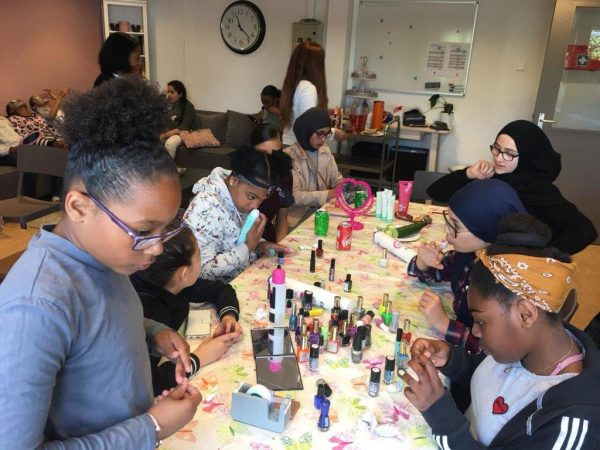 groep meiden bezig met makeup