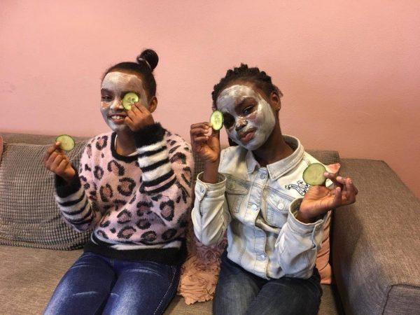 Meiden met maskertjes