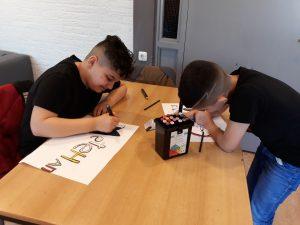 Kinderen tekenen aan een tafel